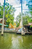 BANGKOK THAILAND - FEBRUARI 08, 2018: Utomhus- sikt av gamla strukturer på flodstranden med en glodenstruktur i a Arkivbilder