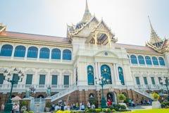BANGKOK THAILAND, FEBRUARI 02, 2018: Utomhus- sikt av oidentifierade turister på skriva in av den kungliga storslagna slotten in Fotografering för Bildbyråer