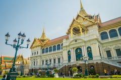 BANGKOK THAILAND, FEBRUARI 02, 2018: Utomhus- sikt av oidentifierade turister på skriva in av den kungliga storslagna slotten in Arkivbilder