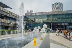 BANGKOK THAILAND, FEBRUARI 02, 2018: Utomhus- sikt av oidentifierat folk med en springbrunn på skriva in av Siam Paragon Royaltyfria Bilder