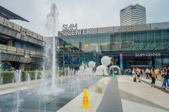 BANGKOK THAILAND, FEBRUARI 02, 2018: Utomhus- sikt av oidentifierat folk med en springbrunn på skriva in av Siam Paragon Royaltyfria Foton