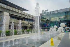 BANGKOK THAILAND, FEBRUARI 02, 2018: Utomhus- sikt av oidentifierat folk med en springbrunn på skriva in av Siam Paragon Arkivfoto