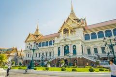 BANGKOK THAILAND, FEBRUARI 02, 2018: Utomhus- sikt av oidentifierat folk på skriva in av den kungliga storslagna slotten i Bangko Arkivfoto