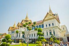 BANGKOK THAILAND, FEBRUARI 02, 2018: Utomhus- sikt av oidentifierat folk på skriva in av den kungliga storslagna slotten i Bangko Arkivbild