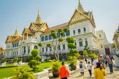 BANGKOK THAILAND, FEBRUARI 02, 2018: Utomhus- sikt av oidentifierat folk på skriva in av den kungliga storslagna slotten i Bangko Royaltyfria Bilder