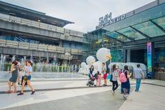 BANGKOK THAILAND, FEBRUARI 02, 2018: Utomhus- sikt av oidentifierat folk som går på skriva in av Siam Paragon Shopping Royaltyfria Bilder
