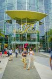 BANGKOK THAILAND, FEBRUARI 02, 2018: Utomhus- sikt av oidentifierat folk som går på skriva in av Siam Paragon Shopping Royaltyfri Fotografi