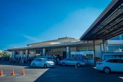 BANGKOK THAILAND - FEBRUARI 01, 2018: Utomhus- sikt av upptaget bilparkeringsområde av Chiangmai den internationella flygplatsen  Arkivfoton