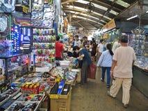 BANGKOK THAILAND-FEBRUARY 04,2017: Folket som shoppar på Klong Thom Market, förlägger populärt på Bangkok, Thailand Royaltyfri Foto