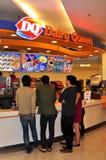 Bangkok Thailand: Folk glass för köpande DQ Arkivfoton