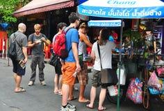 Bangkok Thailand: Folk på den Khao San vägen Royaltyfri Fotografi