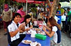 Bangkok Thailand: Folk som äter middag på trottoaren Arkivfoton