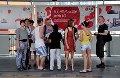 Bangkok Thailand: Folk som väntar på Skytrain Arkivbild