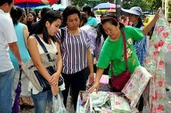 Bangkok, Thailand: Frauen, die auf Silom Straße kaufen lizenzfreies stockbild
