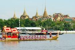 BANGKOK, THAILAND-GEEN VEMBER 9: De verfraaide aak paradeert voorbij het Grote Paleis in Chao Phraya River tijdens Gebraden gerec Stock Fotografie