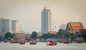 BANGKOK, THAILAND-GEEN VEMBER 9: De verfraaide aak paradeert voorbij het Grote Paleis in Chao Phraya River tijdens Gebraden gerec Stock Foto
