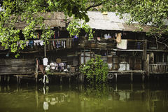 BANGKOK-THAILAND- 18 GENNAIO: Bassifondi della riva del fiume in Chao Phraya River il 18 gennaio 2014 Bangkok Tailandia Fotografia Stock Libera da Diritti