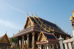 Bangkok Thailand - 12 25 2012: Härliga mång--färgade skulpturer och monument i en buddistisk tempel arkivbild