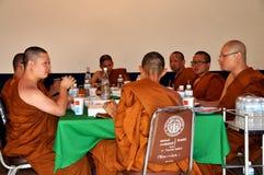 Bangkok, Thailand: Het Dineren van monniken royalty-vrije stock foto's