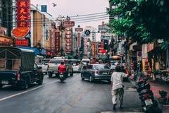 Bangkok, Thailand, 12 14 18: Het leven in de Straten van Chinatown in het Kapitaal Koortsachtige stormloop op de straten stock foto's