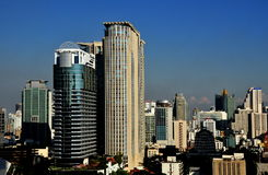 Bangkok, Thailand: Hohe Anstieg-Büro-Kontrolltürme u. Hotels lizenzfreie stockfotos