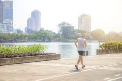 Bangkok, Thailand - 13. Januar 2018: Der Mann, der in den Park läuft Stockfotos