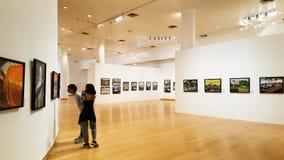 BANGKOK, THAILAND - 11. JANUAR 2018: Ein Mann und eine Frau sehen Fotografiegalerie in Bangkok-Kunst u. der Kultur-Mitte stockfoto