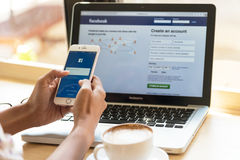 bangkok thailand 24. Januar 2016: Eine Frau schreibt auf faceboo Lizenzfreie Stockfotos