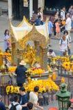 Bangkok, Thailand - 27. Januar 2018: Erawan-Schrein am 27. Januar 2018 Anbetern machen einen Verdienst an Erawan-Schrein Erawan S Lizenzfreie Stockfotografie