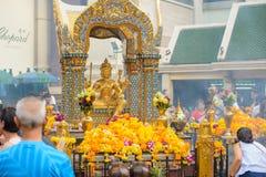 Bangkok, Thailand - 27. Januar 2018: Erawan-Schrein am 27. Januar 2018 Touristen machen einen Verdienst an Erawan-Schrein bei Rat Stockbild