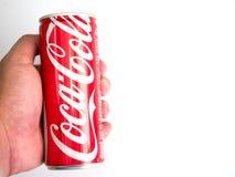 Bangkok, Thailand am 27. Januar/2017 Hand Griff klassisches Coca-Cola Ca Lizenzfreie Stockfotografie