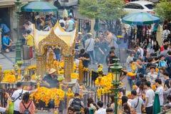 Bangkok, Thailand - 27. Januar 2018: Leute zahlen Respekt zum Erawan-Schrein, der ein hindischer Schrein ist, der eine Statue O u Lizenzfreies Stockfoto