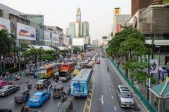 Bangkok, Thailand - 27. Januar 2018: Stadt scape Verkehr auf Front der zentralen Welt, Iseton ist großes LieblingsEinkaufszentrum Stockfoto