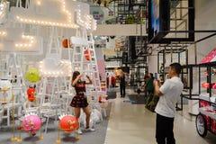 Bangkok, Thailand: 29 januari, 2017 bij Siam Discovery Chinese New Year-gebeurtenis De kunstmatige lamp is een vorm van vogels Royalty-vrije Stock Fotografie