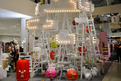 Bangkok, Thailand: 29 januari, 2017 bij Siam Discovery Chinese New Year-gebeurtenis De kunstmatige lamp is een vorm van vogels Stock Foto's