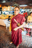 Bangkok Thailand - Januari 02, 2014: Buddistisk munk i en marknad Arkivfoton
