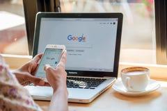 bangkok thailand 24 januari, 2016: Een vrouw typt op Google Stock Afbeeldingen