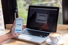 Bangkok thailand Januari 24, 2016: En man skriver på Linked in arkivbild