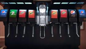 BANGKOK THAILAND - Januari 02: Fördelande maskin för is och för sodavatten Arkivfoto
