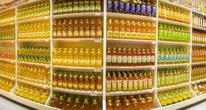 BANGKOK, THAILAND - JANUARI 13: Foodlandsupermarkt in de voorraden diverse merken van Victoria Garden volledig van tafelolie op royalty-vrije stock afbeeldingen