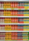 BANGKOK, THAILAND - JANUARI 26: Hypermarket van BigC Extra Petchkasem volledig voorraden divers aroma van gebottelde thee op de p royalty-vrije stock foto's
