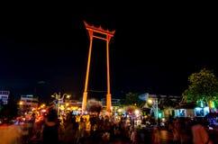 Bangkok Thailand Januari 01, 2016: Jätte- gunga- och folkwalkien Arkivbild