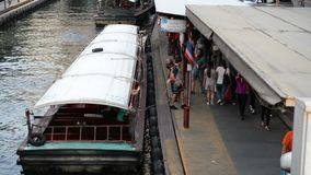 Bangkok Thailand - Januari 27, 2018: Khlong Saen Saep uttryckligt fartyg Resan med longtailfartyget i khlong saen saep är en av t lager videofilmer