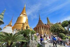 BANGKOK THAILAND - JANUARI 03: Många personer går till den storslagna slotten Royaltyfri Foto