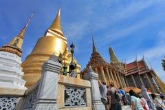 BANGKOK THAILAND - JANUARI 03: Många personer går till den storslagna slotten Arkivfoton