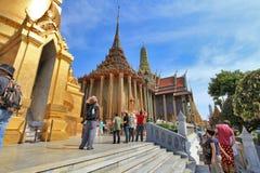 BANGKOK THAILAND - JANUARI 03: Många personer går till den storslagna slotten Royaltyfri Fotografi