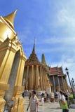 BANGKOK THAILAND - JANUARI 03: Många personer går till den storslagna slotten Arkivfoto