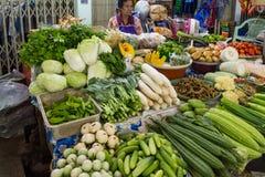 Bangkok Thailand - Januari 27, 2018: Organiska gröna grönsaker som säljs på marknaden för Maeklong järnvägspår (drevmarknad) royaltyfria foton