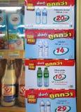 BANGKOK THAILAND - JANUARI 09: Rabattklistermärkear för att köpa in Arkivbilder