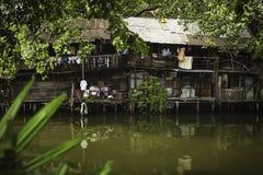 18 Bangkok-Thailand-januari: Rivieroeverkrottenwijken in Chao Phraya River op 18 Januari 2014 Bangkok Thailand Stock Afbeelding